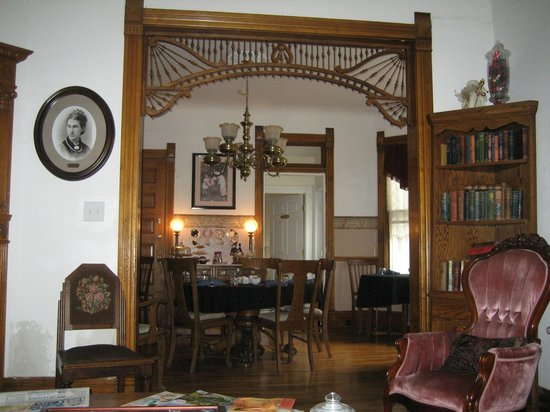 Lennox House Bed and Breakfast: Looking at dining area, from parlor.