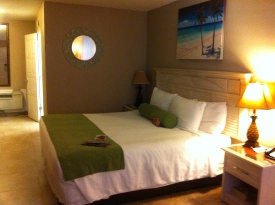 Tahitian Inn Hotel Cafe & Spa: quite modern decor in bedroom