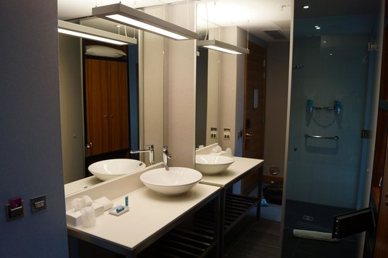 Aloft London Excel: The bathroom was right behind the divider from the bed