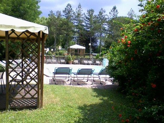Hotel 2 Mari: scorcio della piscina esterna
