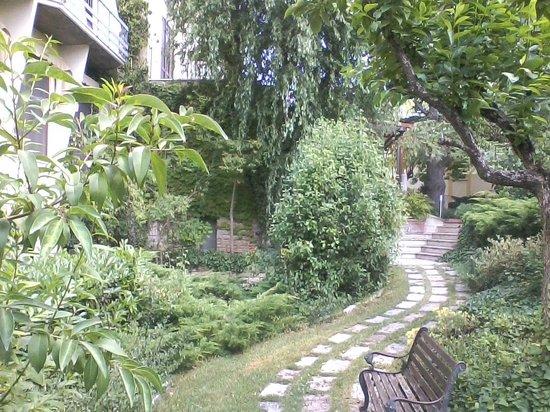 Hotel 2 Mari: un angolo romantico del parco