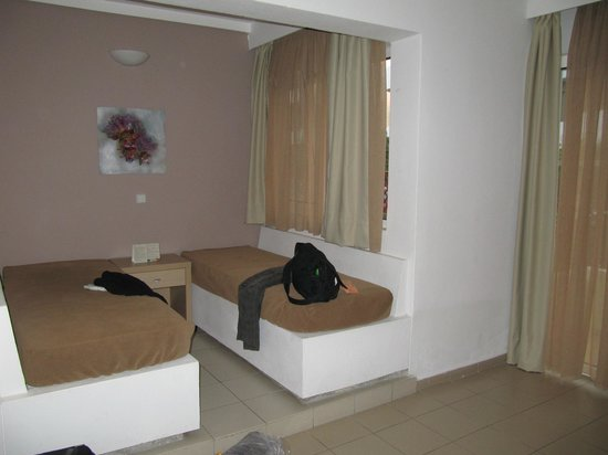 Caravel Apartment Hotel: Appartment main room with kitchen corner
