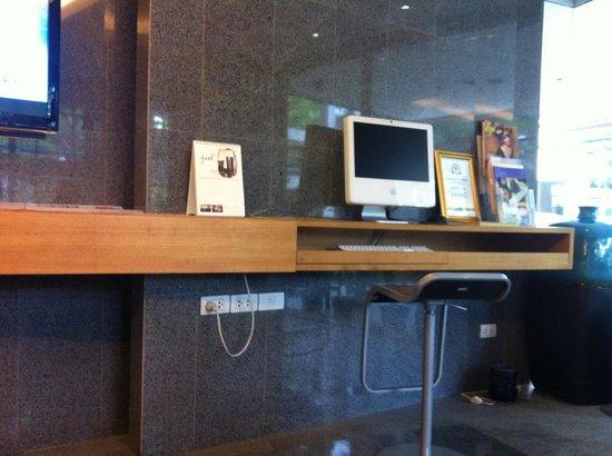 Citadines Sukhumvit 16 Bangkok: lobby with computer
