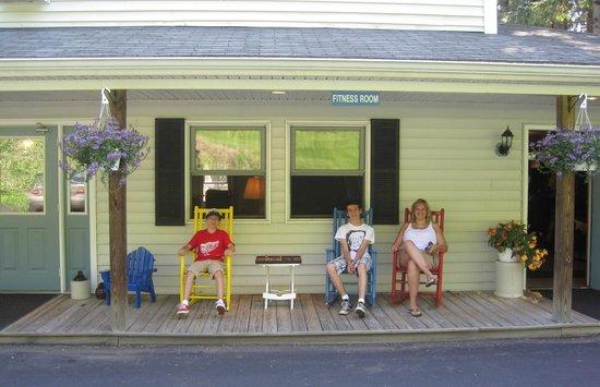 Bayside Inn & Marina: Front porch