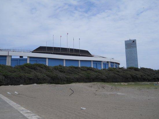 Chiba Marine Stadium: バックスクリーンの裏手は砂浜