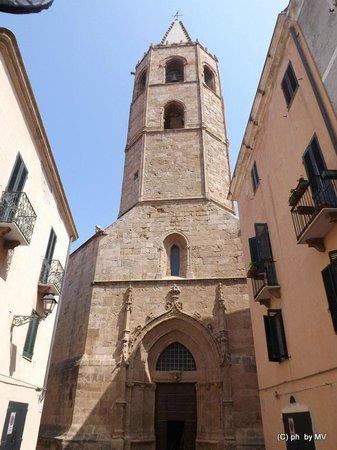 Cattedrale di Santa Maria: La torre in stile aragonese sul retro della Cattedrale
