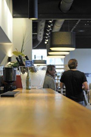 Restaurant Olympiasee: Die große Bar lädt zum Verweilen ein.