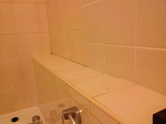Pen Mill Hotel: Cracked tiles