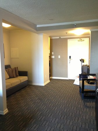 Kimpton Hotel Madera: The lounge area of the room