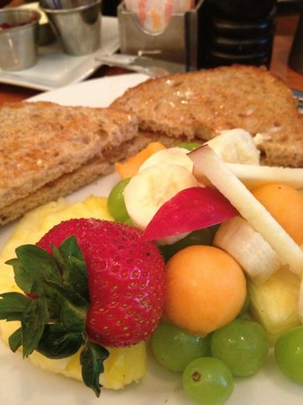 Kimpton Hotel Madera: Breakfast was a perfect combo of toast and fruit.