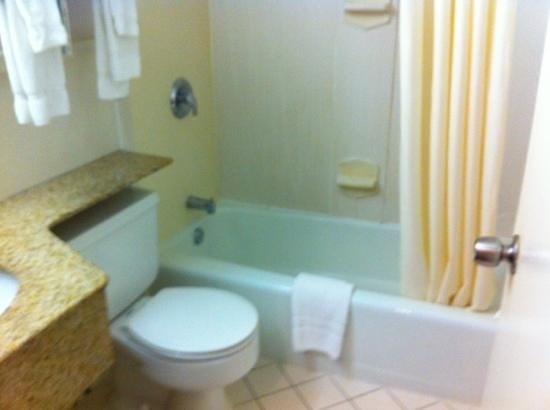 Clarion Hotel & Conference Center: spotless bathroom