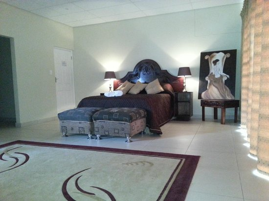 The Homestead Margate: Honeymoon Suite with en-suite spa bath & shower. Large flat screen TV & DSTV. Bar fridge.
