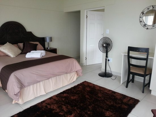 The Homestead Margate: Executive Room with en-suite spa bath & shower. TV & DSTV. Bar fridge. Magnificent views