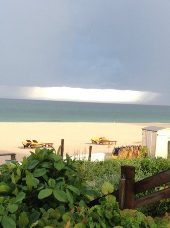Hilton Singer Island Oceanfront/Palm Beaches Resort: View from pool bar (coconuts) during storm