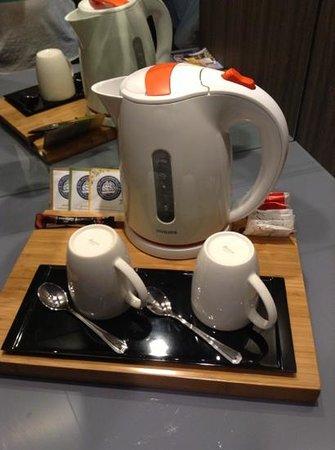 Park Avenue Changi Hotel: tea making facilities
