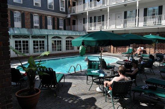 Best Western Plus French Quarter Landmark Hotel : Pool/ courtyard area adjacent to room