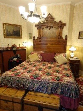 King George Inn: King bed, antique, firm, and awesome sleep