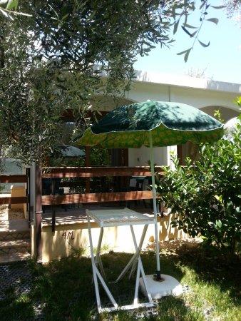 Villaggio San Matteo Resort: il terrazzino della camera con giardino davanti
