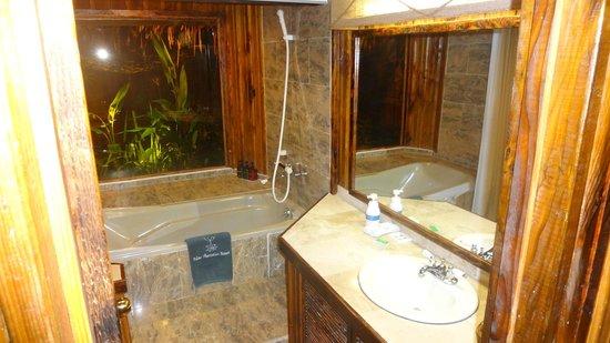 Palau Plantation Resort: Bath Superior Cottage