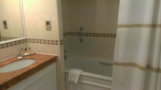 Huntingdon Marriott Hotel: Bathroom