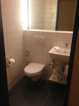 Hotel Garni Chesa Mulin: Great size bathroom...