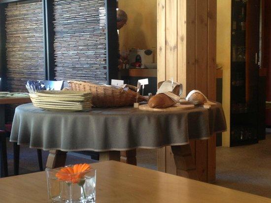 Hotel Garni Chesa Mulin: Bread section at breakfast...