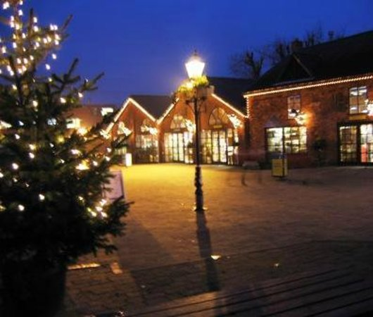 Denby Pottery Factory: Denby Courtyard at night during the festive season