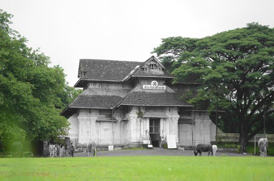 Thrissur, อินเดีย: The front view of temple (given in artistic look by having only green colour selected)