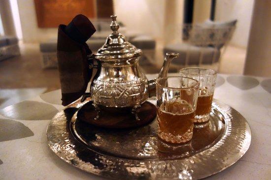 Riad Nashira & Spa : Enjoying some Moroccan mint tea