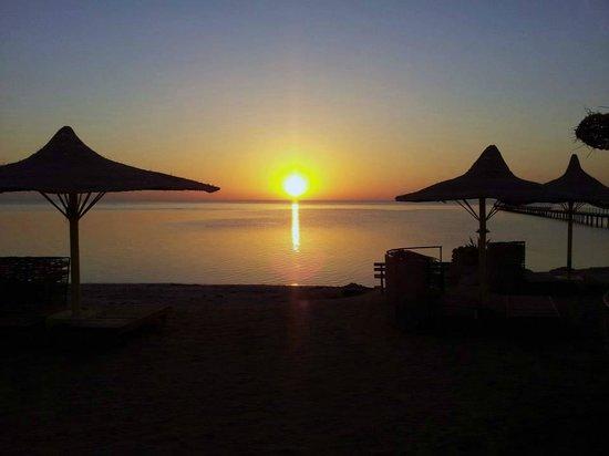 Flamenco Beach and Resort: Alba vista dalla spiaggia dell'hotel