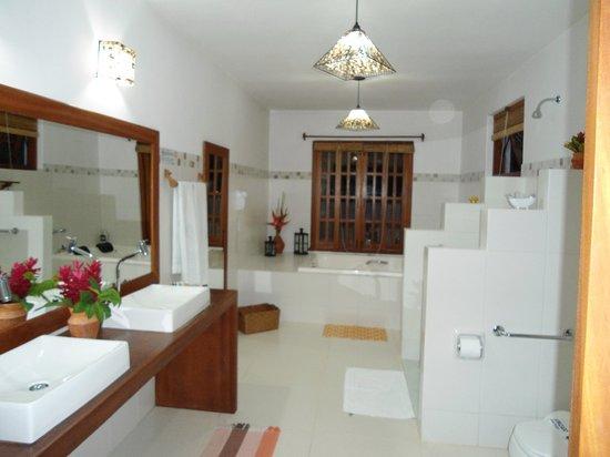 Pousada Quarto Crescente : Esse banheiro é o máximo!!
