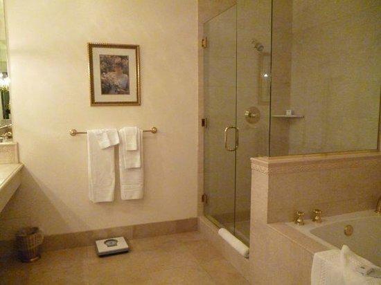 Santa Ynez Inn: Room 103 large bathroom
