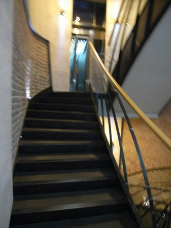 Hotel Townhouse 27: weird elevator stops in between 2 floors - very inconvenient