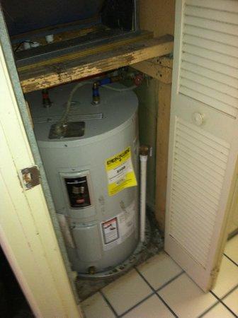 Ocean Dunes Resort & Villas: Hot water heater and furnance in ROOM