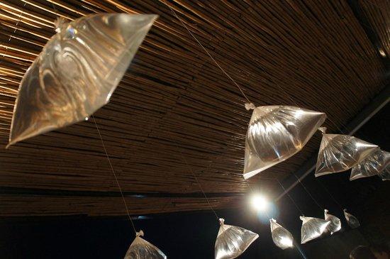 Hotel Cosijo Turismo Rural: El reflejo de las moscas en el agua las ahuyenta, además de que forman parte de la decoración.