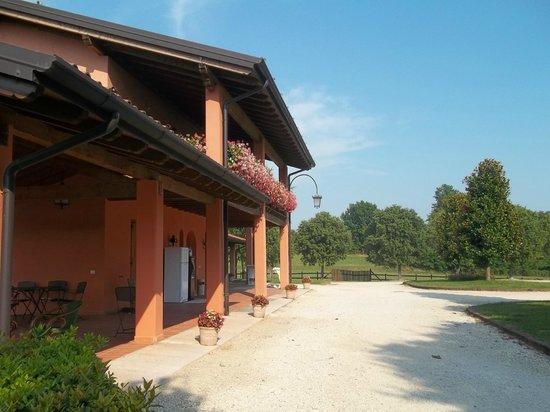 Azienda Agricola La Giorgiana: esterno camere lato piscina