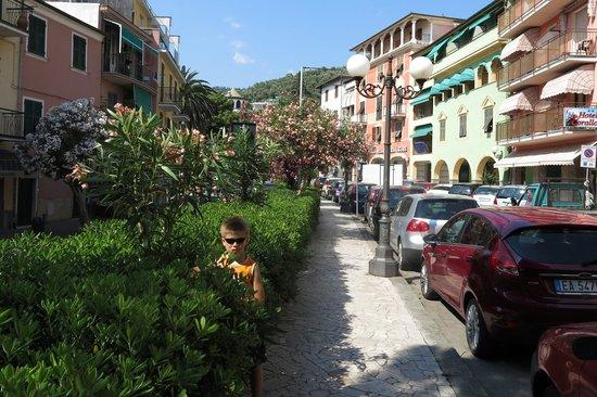 Residence Hotel Moneglia: дорога на пляж
