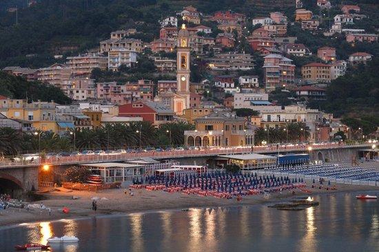 Residence Hotel Moneglia: вид на город Монелью