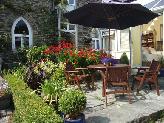 Valency B&B: Lovely front garden/patio area