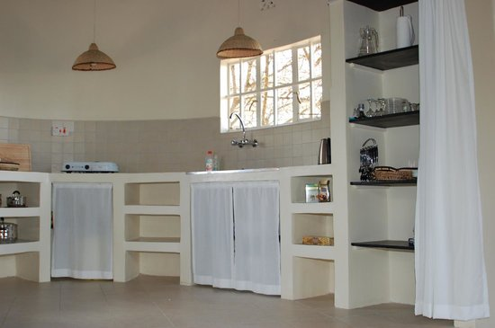 Nyati Hill Cottages: All kitchens are equipped with electric cookers, fridge and all necessary kitchen utensils.
