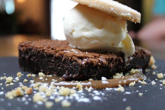 Oasis Bar and Restaurant: Sticky Brownie with vanilla icecream, chooclate sauce ans shortbread