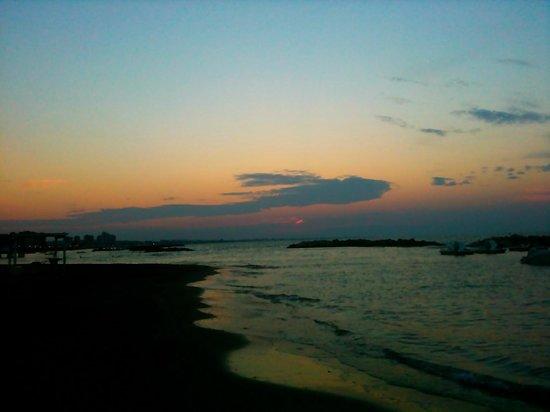 Ancora Hotel & Residence: Nur 2 Gehminuten von unserem Zimmer entfernt! Abendliche Strandspaziergänge ..