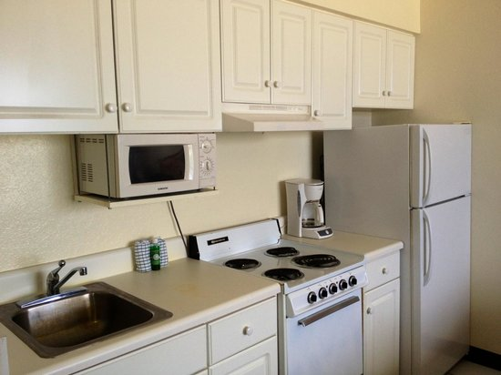 Holiday Terrace Motel: Kitchenette with full size refrigerator.