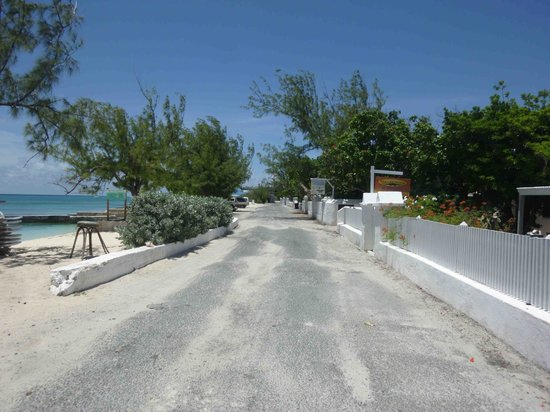 Manta House: Street in front of the bungalow