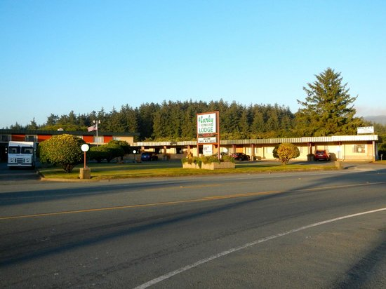 Curly Redwood Lodge: East view of motel from Hwy 101.