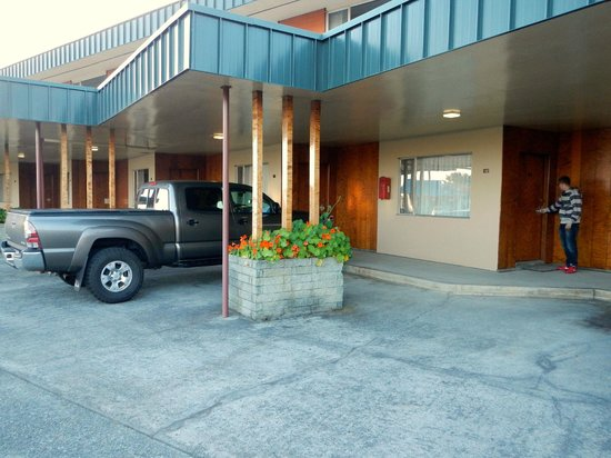 Curly Redwood Lodge: Parking is right outside your door.