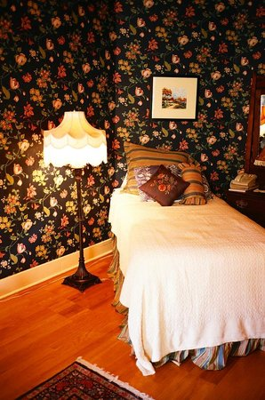 Voss Inn: room - the smaller bed