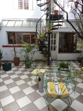 Chavi's Bed and Breakfast: Patio interno - área de fumadores