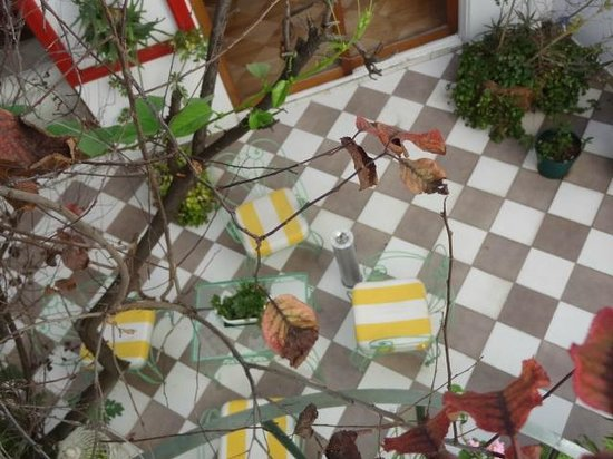 Chavi's Bed and Breakfast: Vista al patio interno