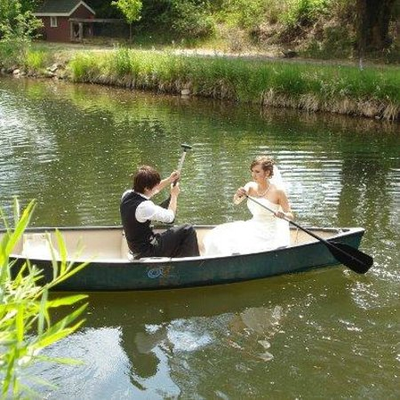 Stone Mountain Lodge & Cabins: Couple on the Pond